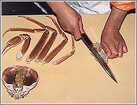 (7)かぶの裏表の中心に包丁を入れて真っ二つに切る。
