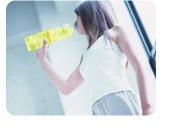 クエン酸をメインに、ビタミンB2、ビタミンC、カルシウム、マグネシウム、アミノ酸、カテキンなど 約40種類の栄養成分をバランスを考えて配合した健康飲料です。