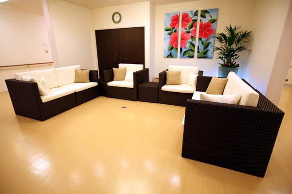 ラタンガーデンソファーを室内空間に設置